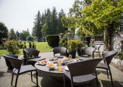 clubhouse-outdoor-lounge-dining